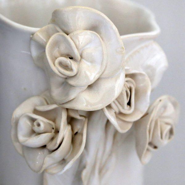 Wazon z różanymi łodygami